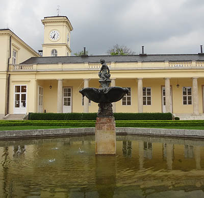 Castle Károlyi with fountain